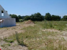 Grundstück mit Blick nach links auf Nachbars Garage
