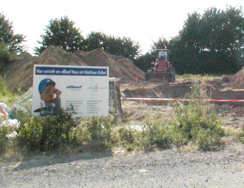 Ein Schild der Keller- und Hausfirmen steht schon vor dem Grundstück
