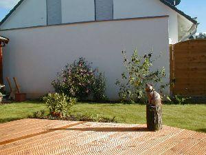 Foto: Unser Garten vor der Nachbarsgarage im Sommer