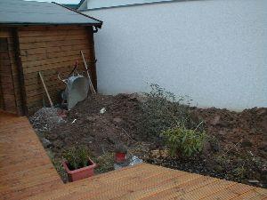 Foto: Die aufgegrabenen Beete vor der Nachbarsgarage
