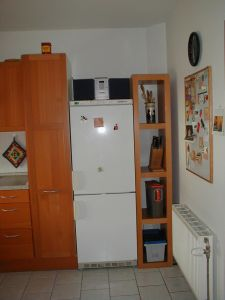 "Foto: Das Ikea-Regal ""Lack"" neben dem Kühlschrank"
