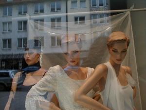 Foto: Drei Schaufensterpuppen in Abendkleidern