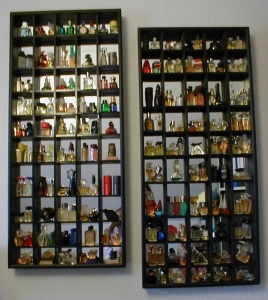 Zwei Setzkästen mit Parfum-Miniaturen