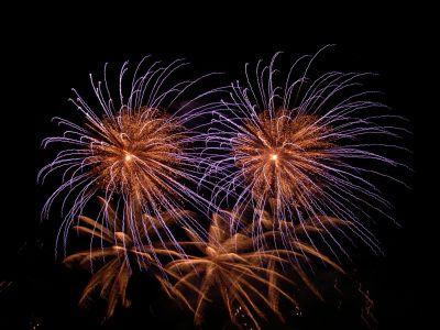 Feuerwerk in lila und gold