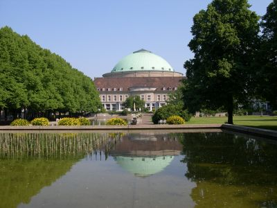 Blick über ein Wasserbecken mit dem Kuppelsaal im Hintergrund