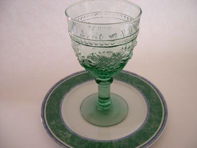 Grüner Weinkelch auf einem Teller