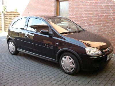schwarzer Opel Corsa