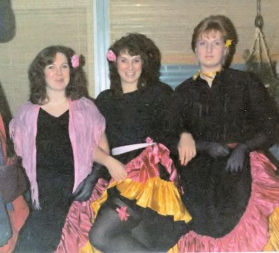 drei kostümierte Freundinnen