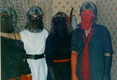 vier kostümierte Freundinnen