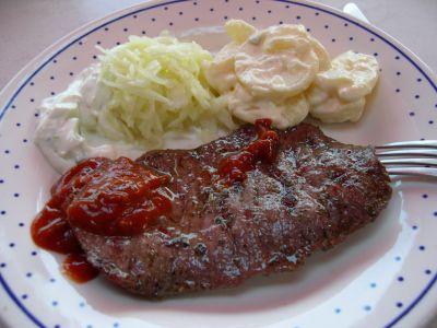 Teller mit gegrilltem Rindersteak, Kartoffelsalat und Soße