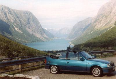 pazifikblaues Opel Kadett Cabrio vor dem Sognefjord in Norwegen