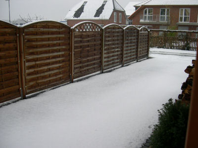 schneebedeckte Einfahrt vor dem Haus