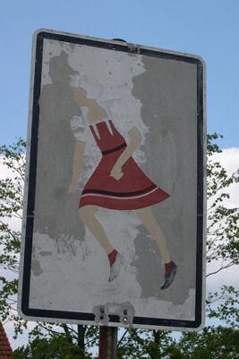 altes Schild mit Schulmädchen