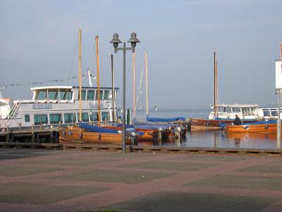 Rundfahrschiffe und Auswandererboote am Steg