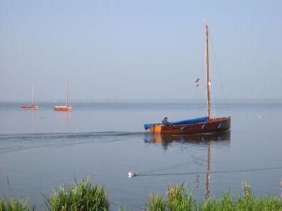 ein Schiffer fährt ein Boot über den See