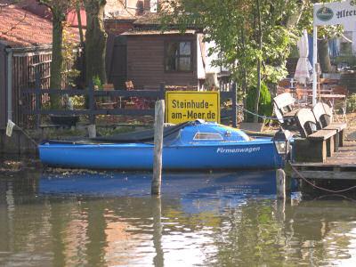 blaues Boot mit der Aufschrift 'Firmenwagen'