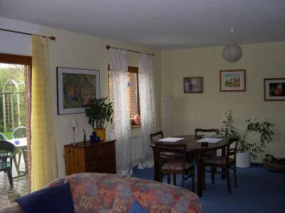 Essbereich im Wohnzimmer mit hellgelben Wänden