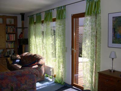 grüne Schlaufenvorhänge im Wohnzimmer