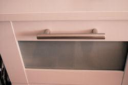 Detail Badezimmerschrank mit matten Kunststoffgriff