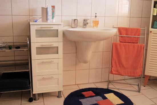 Ausschnitt Badezimmer mit Waschbecken und Schrank
