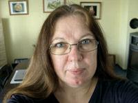 Sabine mit neuer, rechteckiger Brille mit brauner Metallfassung