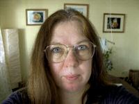 Sabine mit alter, großer Brille mit goldener Metallfassung