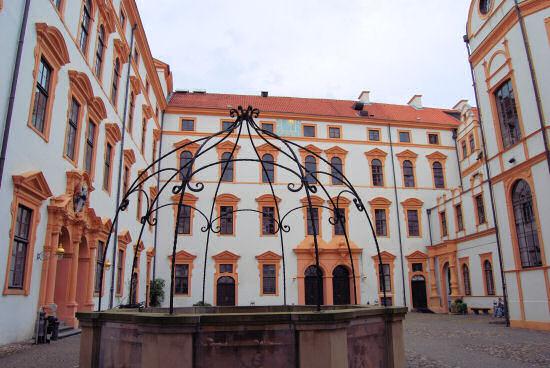 Celler Schlossinnenhof mit stürzenden Linien