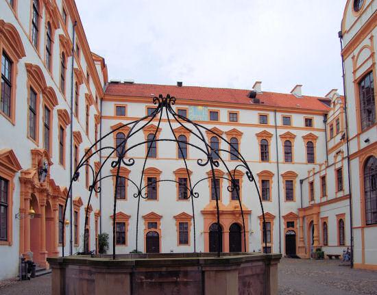 Celler Schlossinnenhof mit fast geraden Fassaden