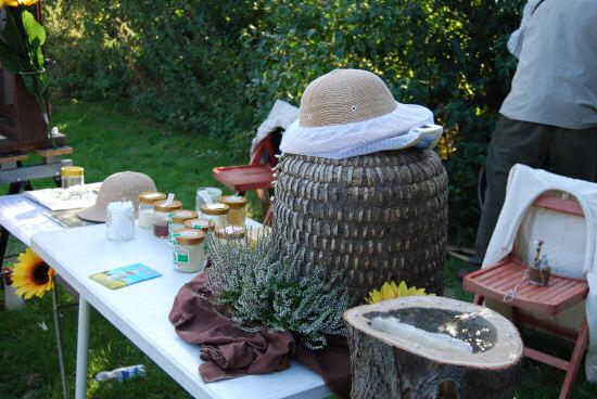 Stand der Bienenzüchter mit Bienenstock und Honig