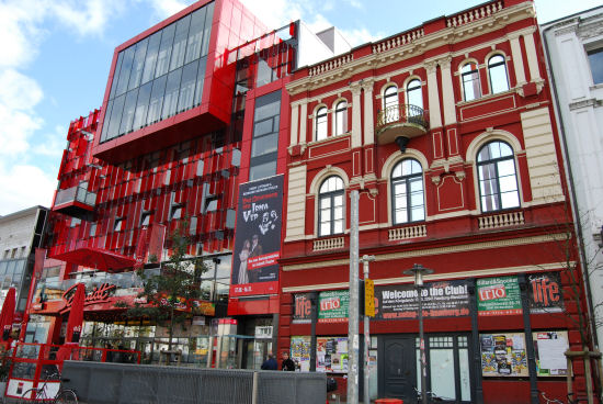 Schmidt-Theater und ehemaliges St. Pauli-Bad, beide mit roter Fassade