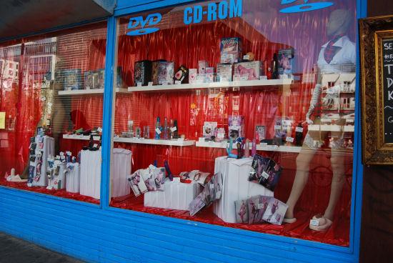 Schaufenster eines typischen Geschäfts auf der Reeperbahn