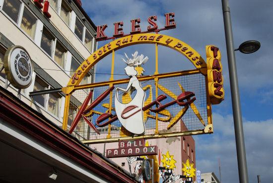 Reklameschild am Café Keese