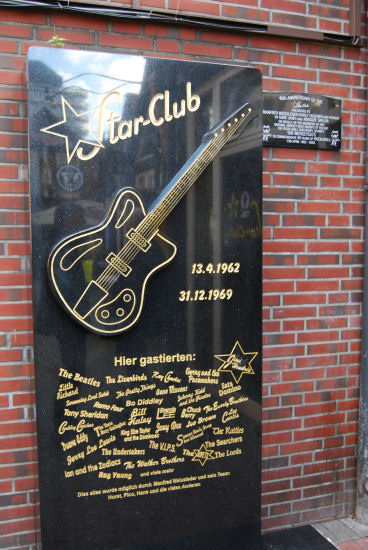 Schild am Star-Club mit Namen der Musiker, die dort auftraten