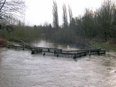 Geländer eines Weges oder einer Brücke im Hochwasser