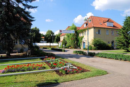 Hauptweg LBZB-Gelände mit Kongressplakat