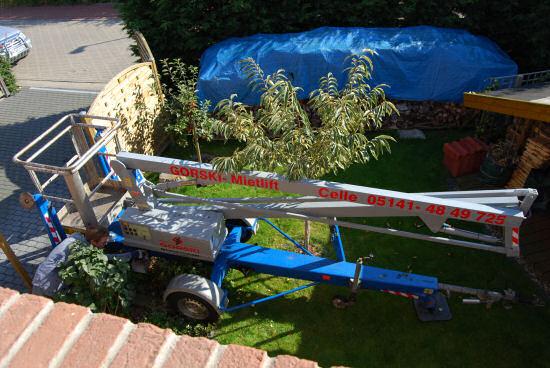 Hubsteiger im Vorgartenbeet