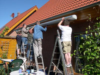 fünf Männer bauen die Markise ab