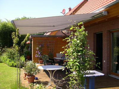 ausgefahrene Markise über der Terrasse