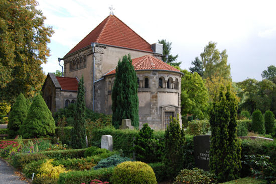Friedhofskapelle im neoromanischen Stil