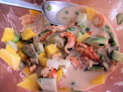 Schüssel mit Flusskrebsfleisch, Avocado- und Mangowürfeln