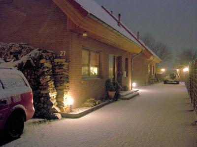 Haus abends im Schnee