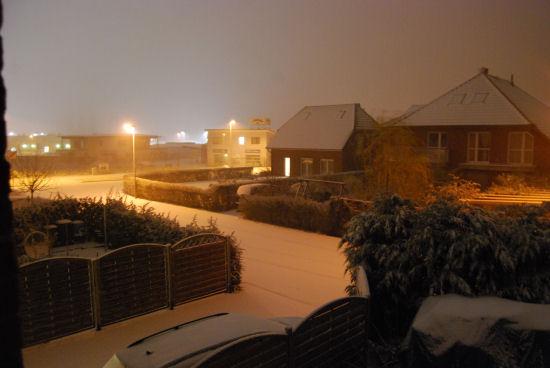 schneebedeckte Straße am späten Abend