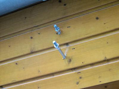 Metallschrauben in der Holzverkleidung