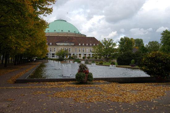 Kuppelsaal mit Fontänen im Wasserbecken im Vordergrund