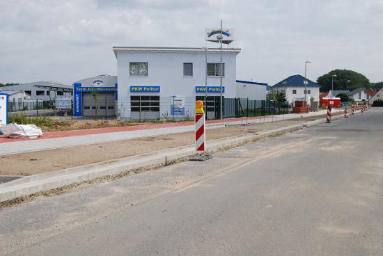 Straßenbau mit gepflastertem Gehweg