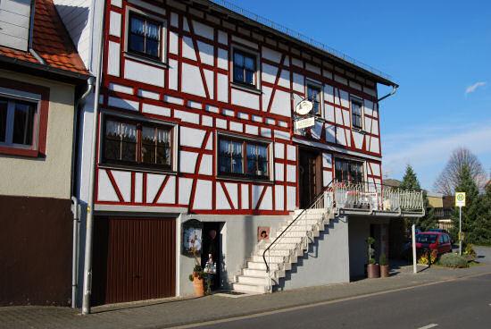 rot-weiße Fachwerkfassade der Gaststätte